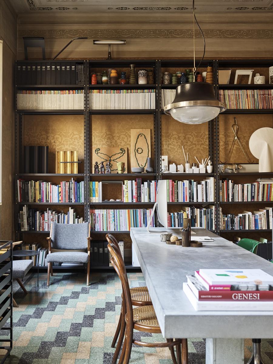 arbetsrum med bokhylla
