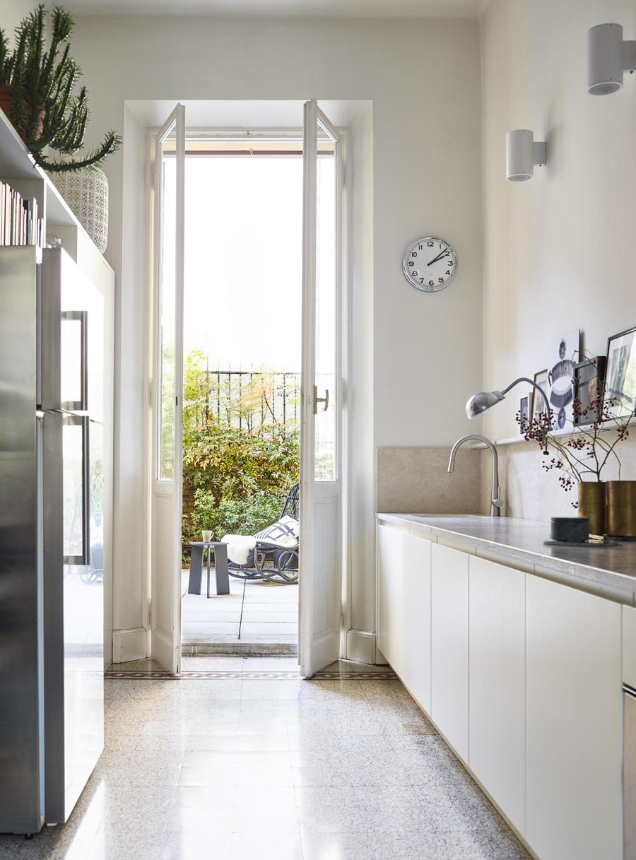 ljust kök med utgång mot altan