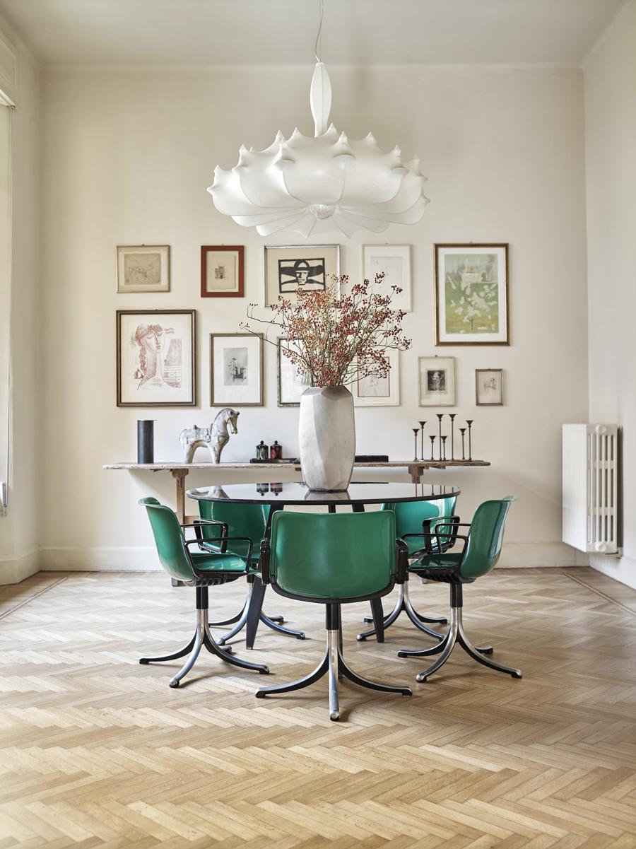 matplats med dekorativt gröna stolar