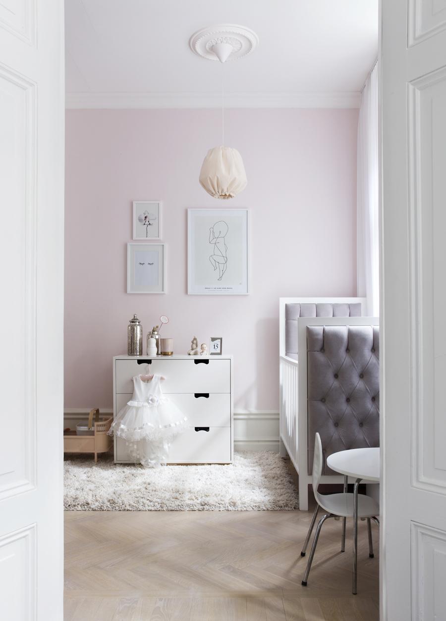 barnrum med rosa väggar och en tavelvägg
