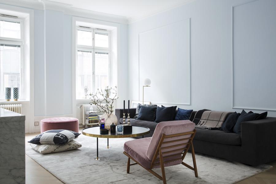 vardagsrum med en generös soffa och fåtölj