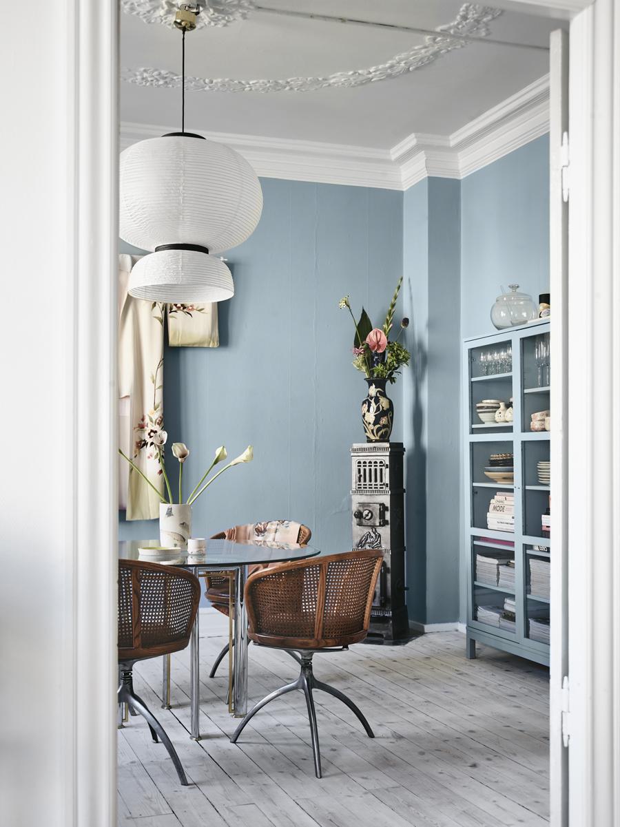 matplatsen i rummet med blå väggar