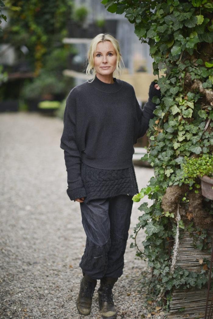 Victoria Skoglund i trädgården