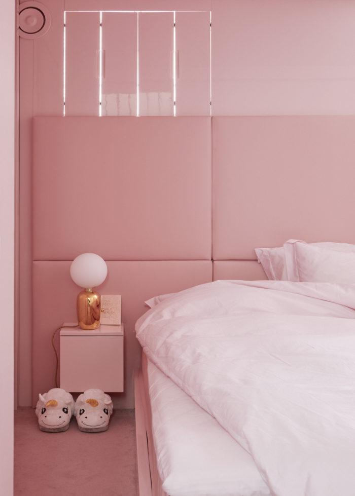 Det helt rosa sovrummet, där även taket är målat i samma nyans, har inspirerats av restaurangen Sketch i London. Hela sovrummet har Minna Parikka själv designat med sänggavel av stoppat läder och dörrar och möbler målade med högglansig lackfärg. Lampa Jaime Hayón.
