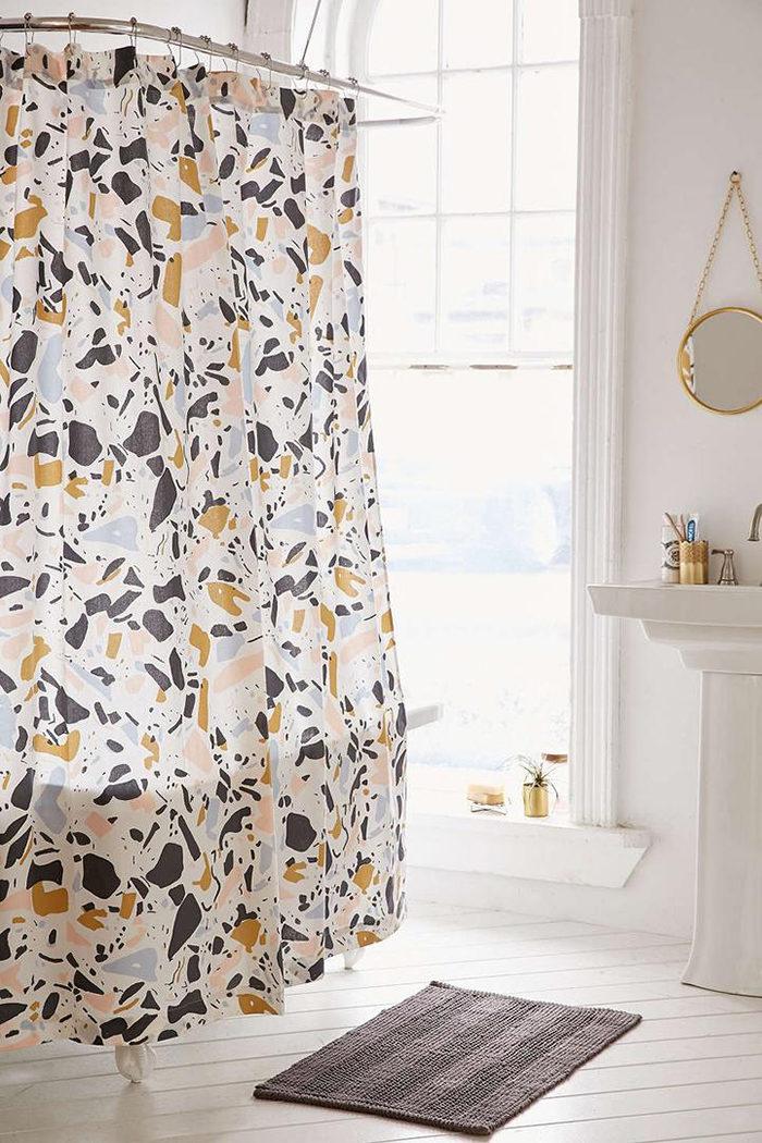 Textilier med terrazzomönster gör sig fina i ett monokromt rum