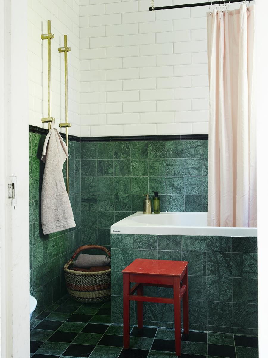 Badrummet renoverade de samtidigt som övriga huset. Det är inte klassiskt gotländskt med grå kalksten, konstaterar Ann, som valde grön och svart marmor i stället. Kaklet kommer från Colorama. Korgen vid badkaret är från Afroart och pallen fanns i huset.