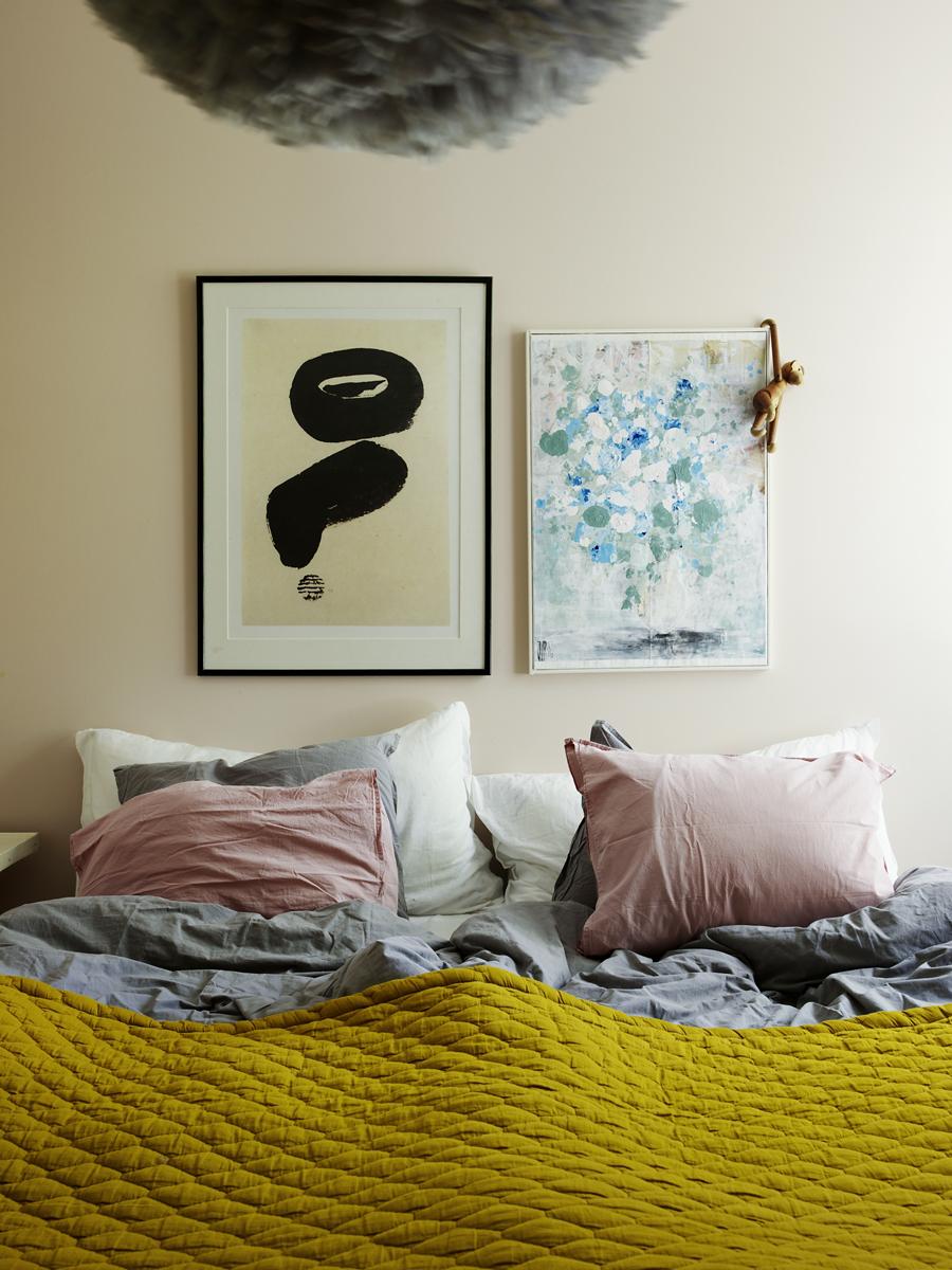 Föräldrarnas sovrum. Ovanför sängen hänger en Johanna Weimer Blomberg-tavla bredvid en som hittades på loppis. Överkastet kommer från Mille Notti, sängkläderna från Hemtex och lampan i taket är från Jollyroom.