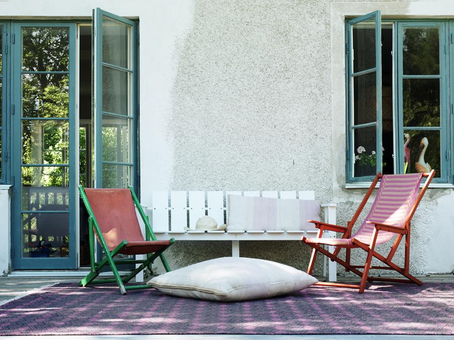 Soffan och mattan kommer från Jotex och solstolarna är fynd från loppisen i Hellvi på Gotland. Den stora kudden är från Swedish Rags.