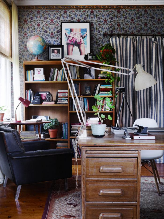 kontor med teakmöbler och vackra tapeter