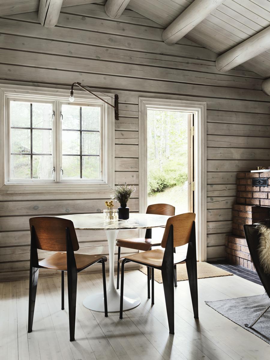 Bord Tulip, Eero Saarinen, Knoll. Stolar Standard och lampa Potence, design Jean Prouvé, Vitra. Dörren leder till altanen på kökssidan med grönsaksodlingar.