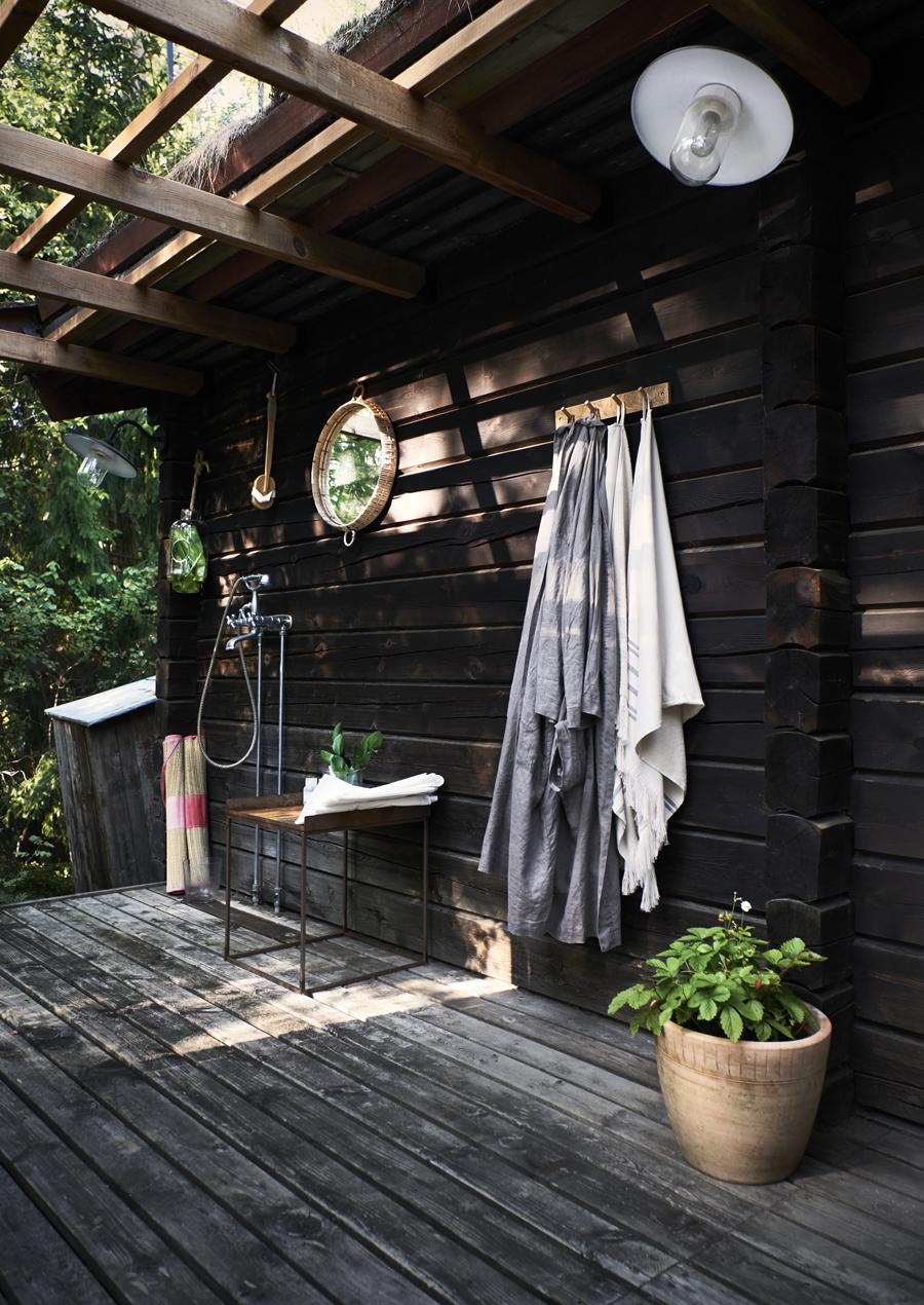 Maxad djungelkänsla med utedusch som ger svalka varma sommardagar eller efter bastun. Den är också kopplad till varmvattnet och här finns ingen insyn. Linnebad-rockar samt handdukar från H&M Home. Spegel i bambu.