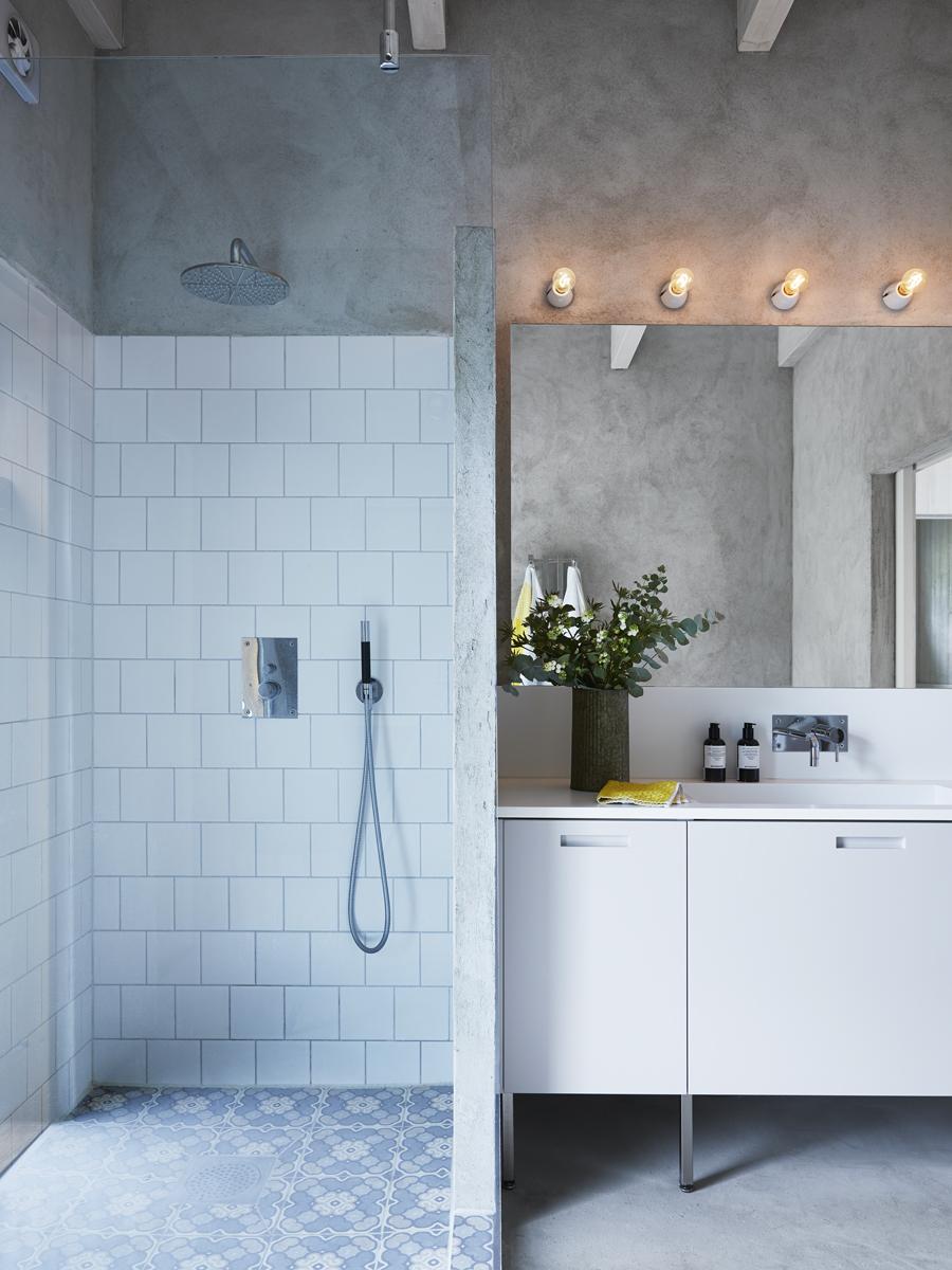 Badrumsskåpet är byggt med en Ikea-stomme och luckor från Picky Living. Corian-skivan är från Snickarbolaget i Uddevalla. Kaklet i duschen är från Bauhaus och blandarna är Tapwell.