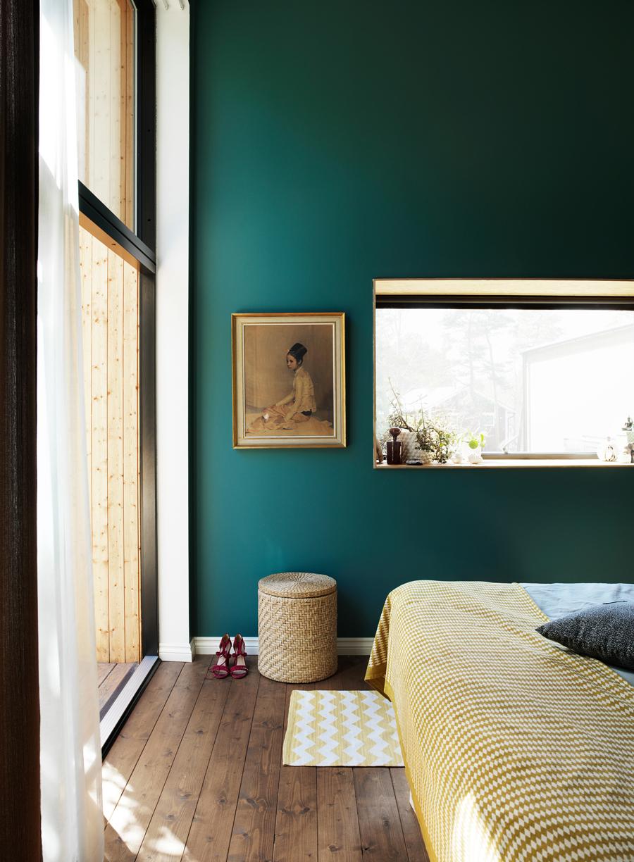 Sovrummet är målat i en vacker grönblå färg. Överkastet är ett loppisfynd från Österlen.