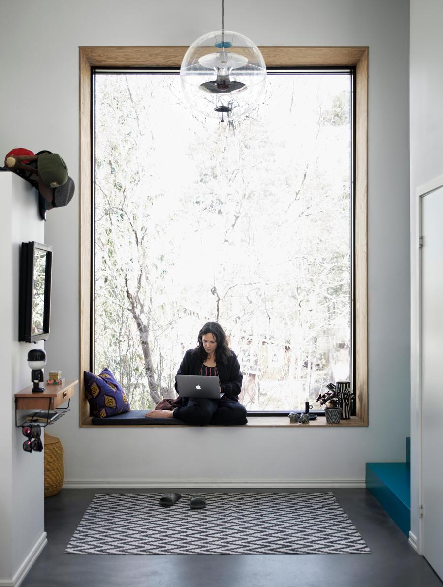 Helena i ett av husets vackra fönster.