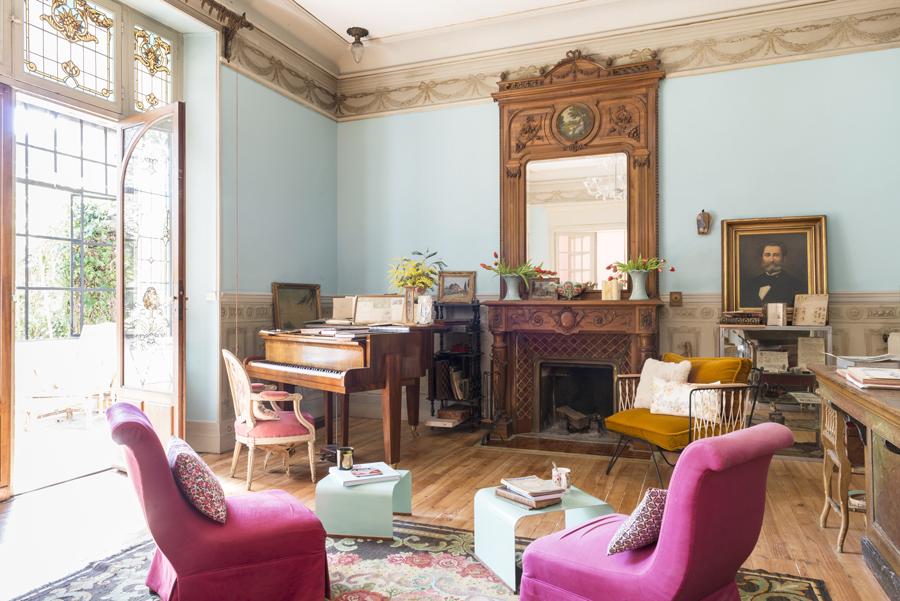 Mittemot det rosa rummet har Julien inrett den andra delen av vardagsrummet. Antikvitetssamlare som han är har han inrett med några av sina bästa fynd. Fåtöljer, Honoré, kuddar CSAO.