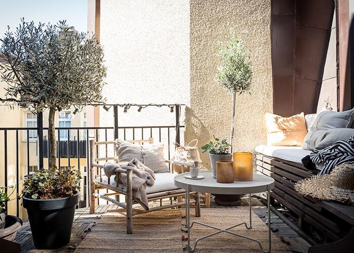 Balcón escandinavo de lujo con olivos