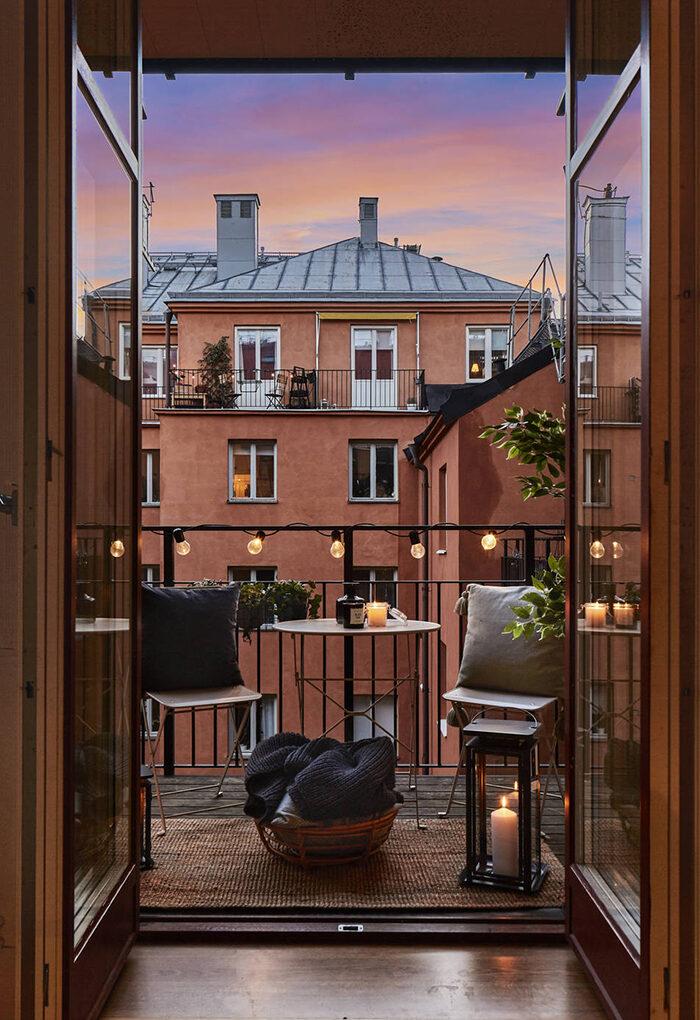 Acogedor balcón escandinavo con iluminación