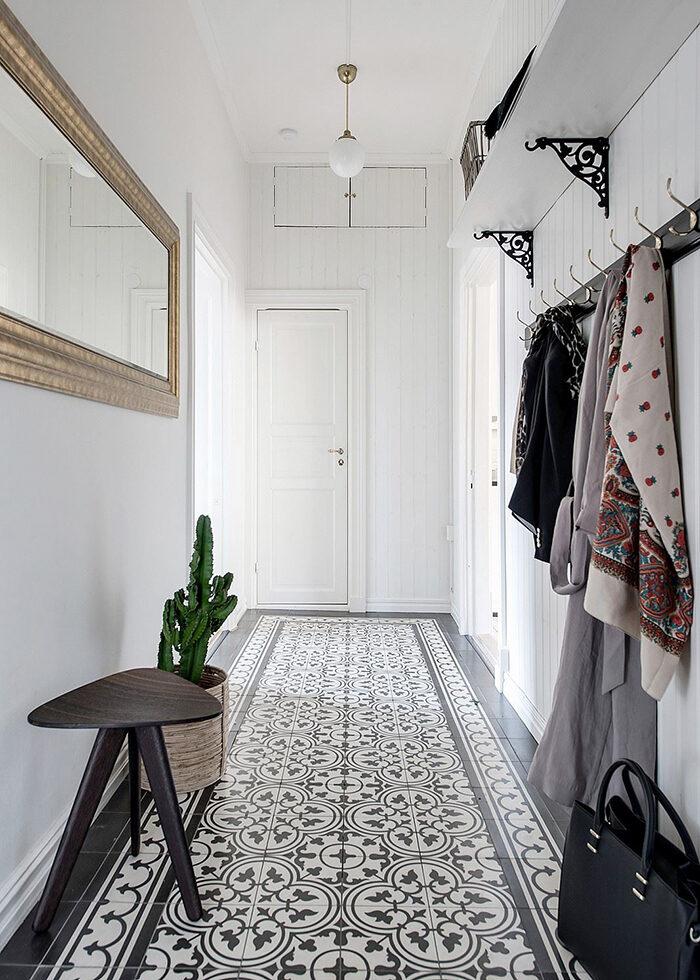Mönstrade golv lyfter intrycket i hallen