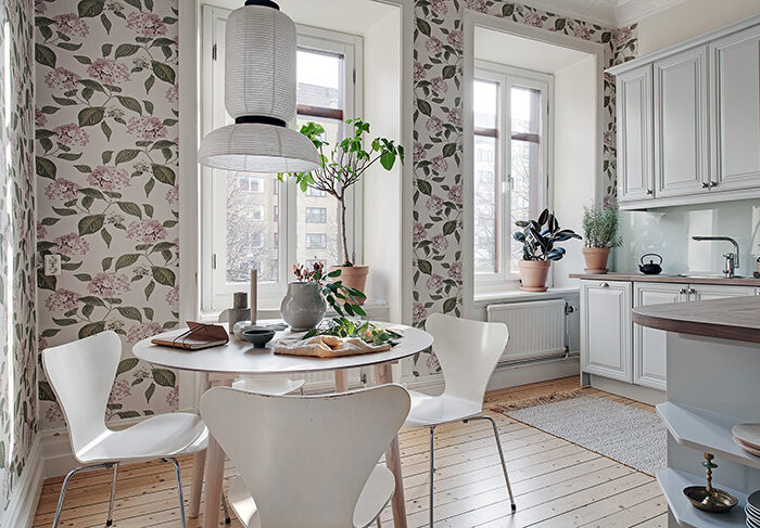 Decorado con papel tapiz floral para sentir el verano en el hogar