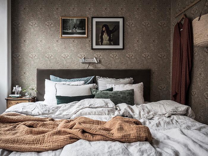 Dormitorio acogedor y acogedor con papel pintado estampado