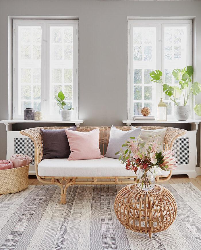 Decorado con ratán de moda: un sofá de ratán en la sala de estar