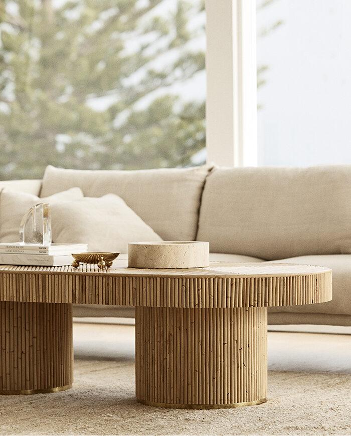 El mimbre moderno se adapta bien a los colores naturales, aquí en forma de mesas de café en mimbre