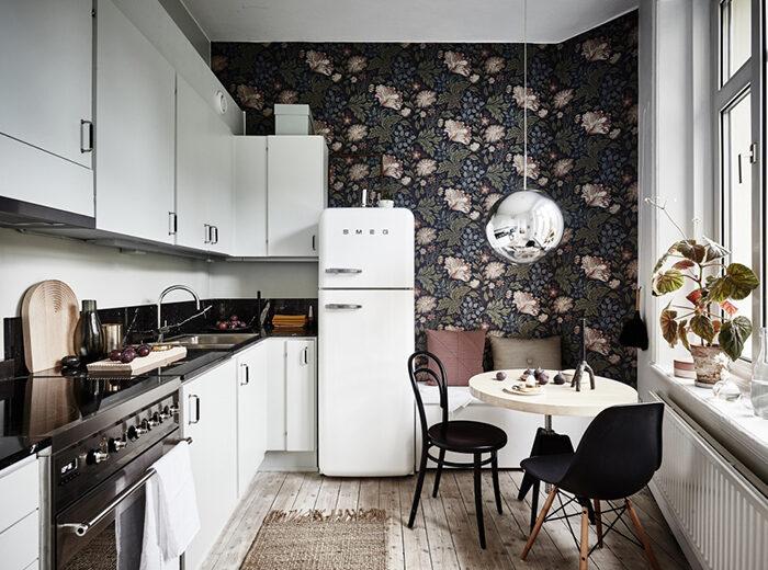Papel tapiz floral en la cocina en casa escandinava