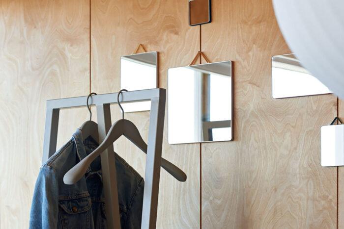 Espejos de pared como decoración.