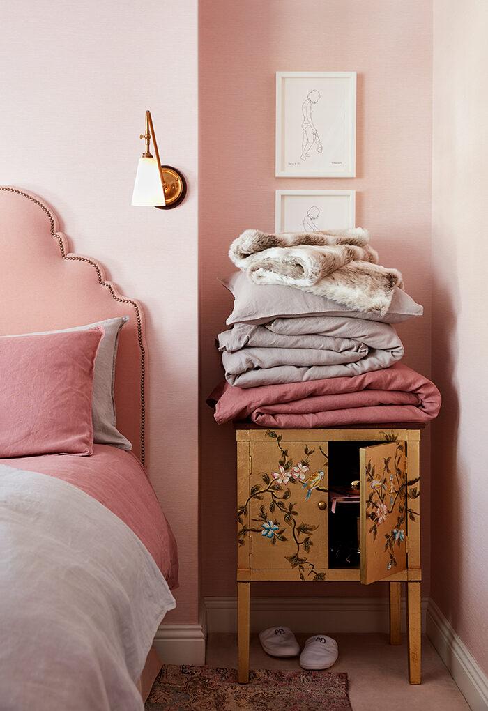 El dormitorio de Poppy Delevingne va en tonos rosa claro.