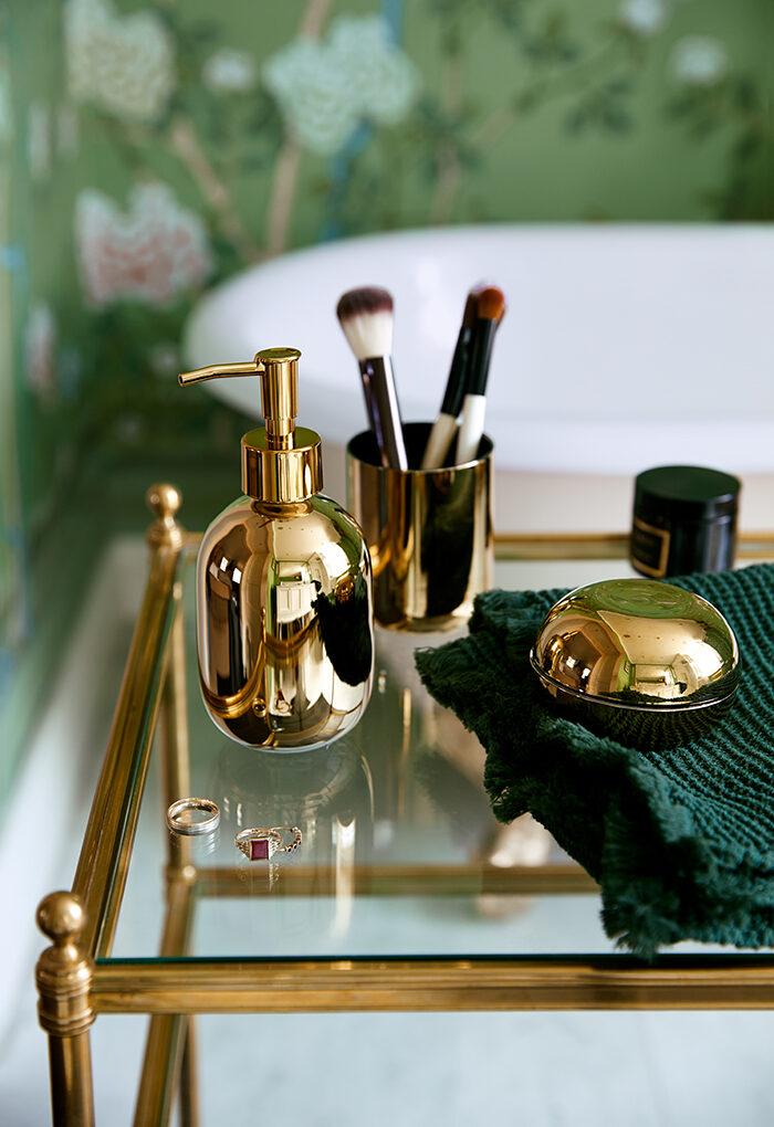 El baño se vuelve verde con detalles de latón de la colección de otoño de H&M Homes