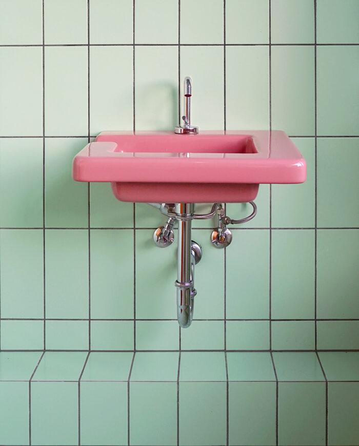 Lavabo rosa fotografiado por Tekla Evelina Severin