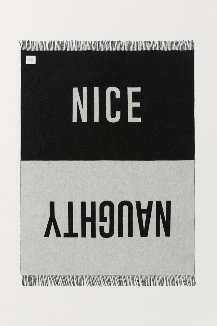 Matta med texten Nice/Naughty i svart och grått