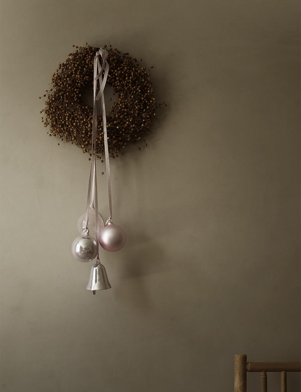 Krans med hängande julgransdekorationer