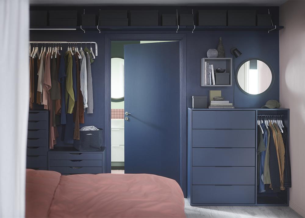 sovrum i blått med snygg förvaring