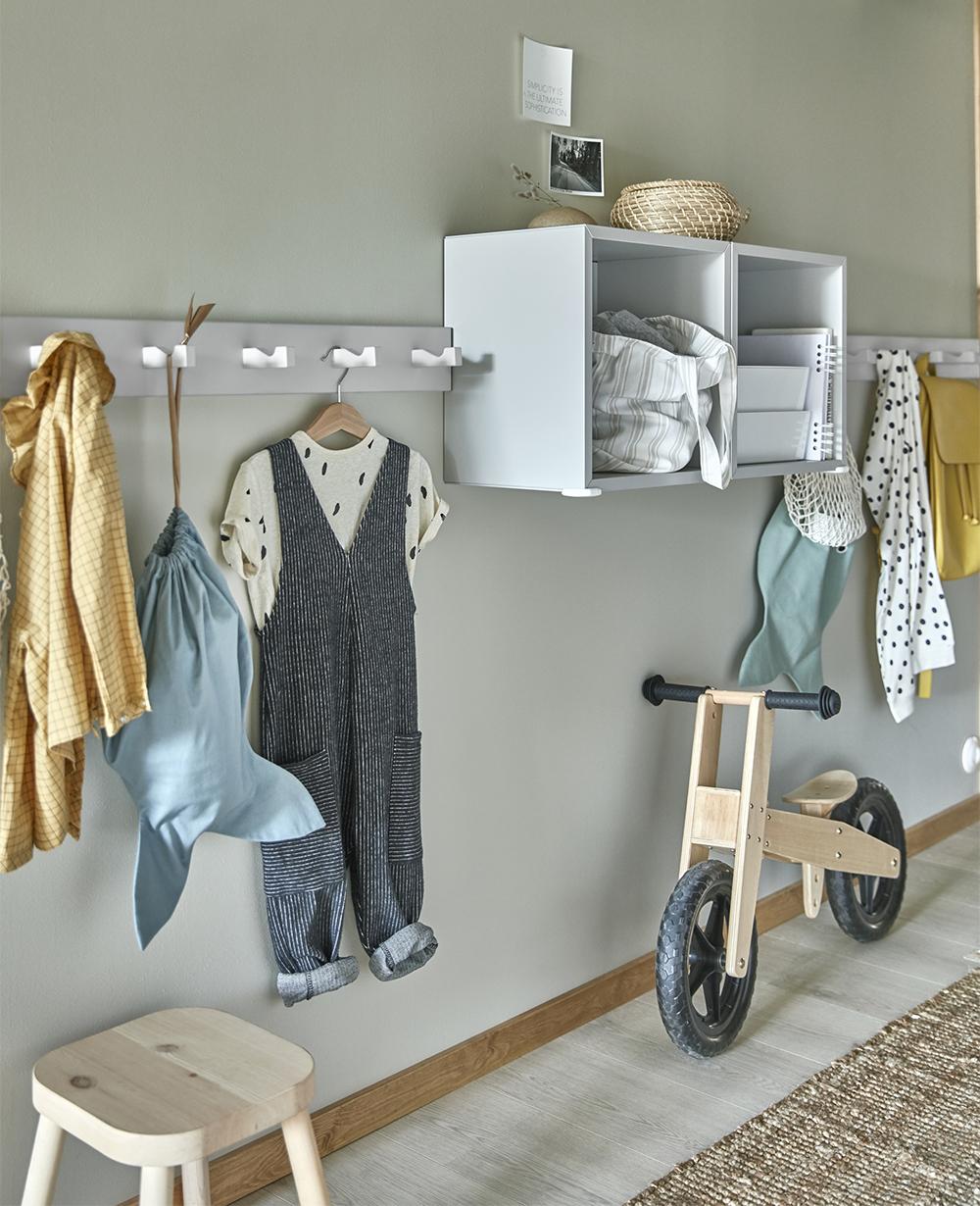 Hallförvaring hos barnfamilj i Ikea-katalogen