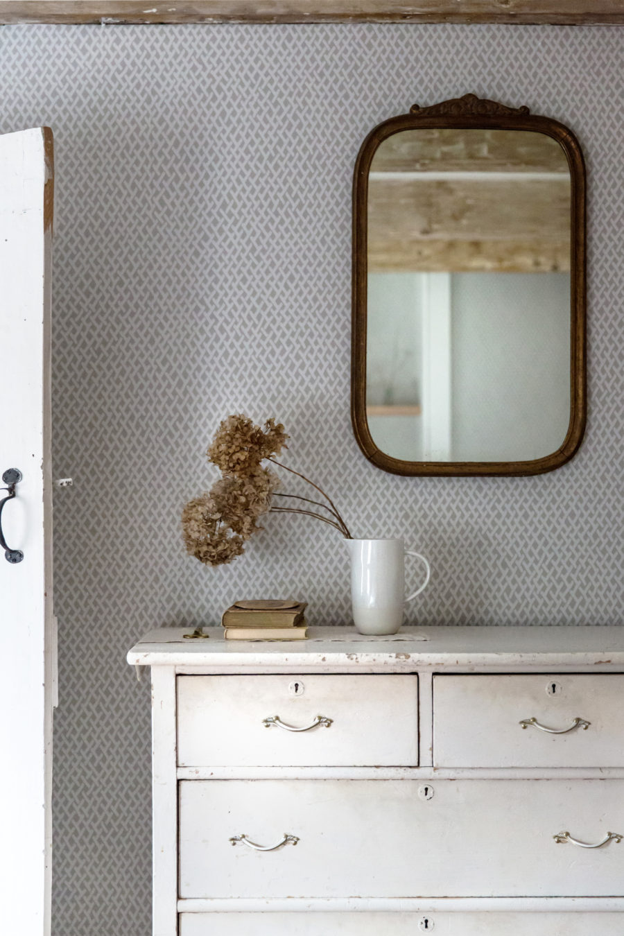 Jerset-Ice-Cream-Co-Old-Chatham-House-Remodelista-guest-bdrm-mirror