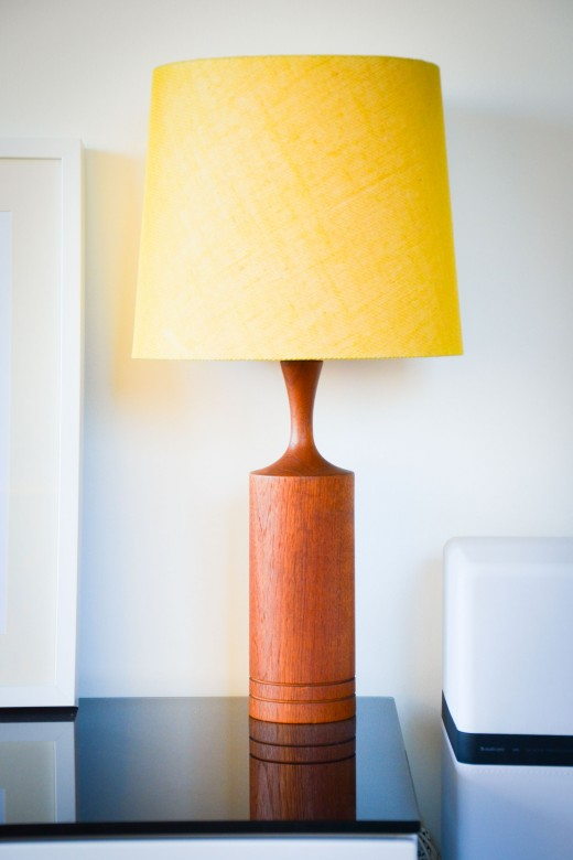 Lampa, Bordslampa, Teak, Retro, Gul skärm, Vintage, Loppisfynd, Loppistan