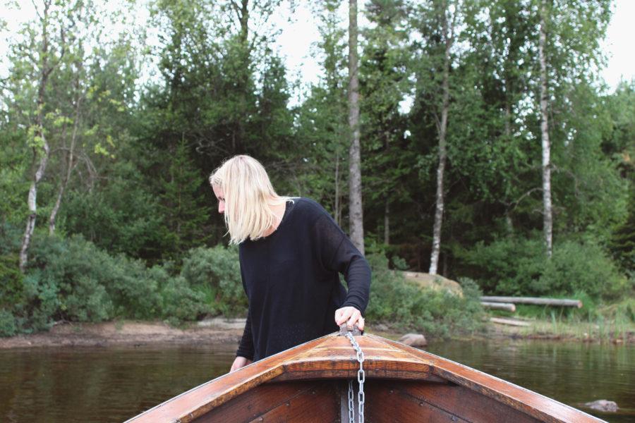 gammal eka på liten sjö med josef och lisa