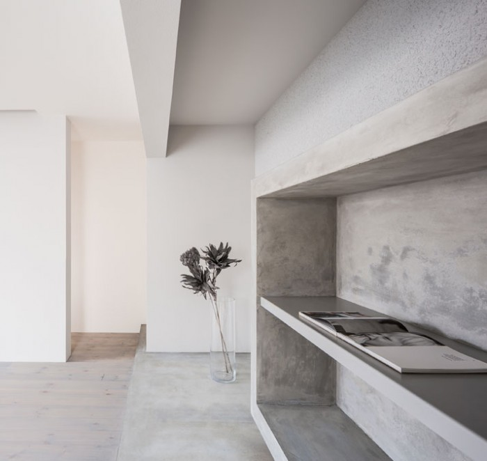 Combined art gallery and living space in japan ems for Minimalist white house by koichi kimura