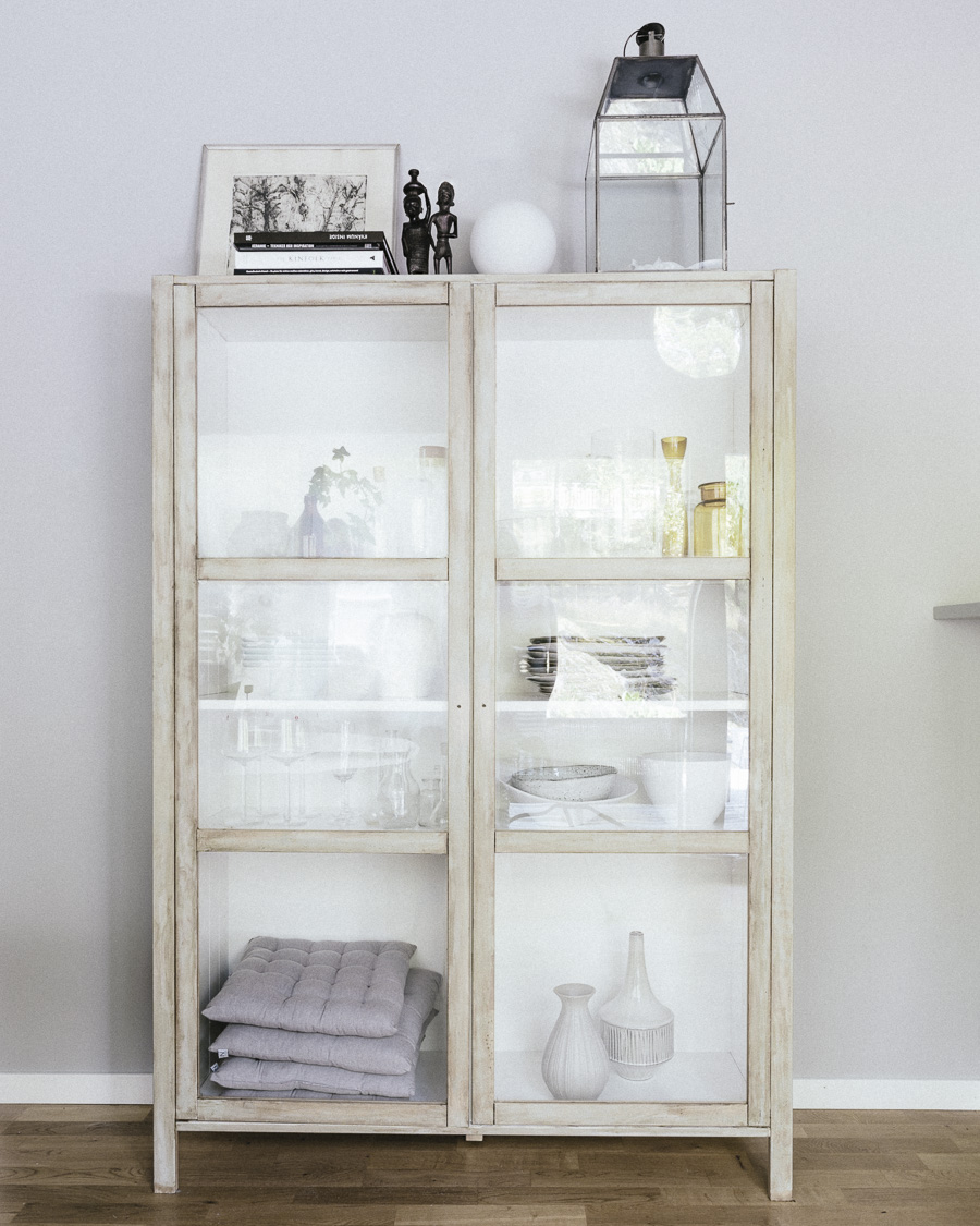 DIY IKEA hack gör ett vackert Tine K skåp av Björknäs vitrin Helena Nord