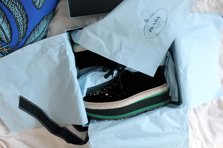 71ae75cc793 Jag har sneglat på någon sådan här lite lyxigare sneakersvariant länge men  inte slagit till förrän jag hittade dessa från Prada (reklamlänk via Apprl)  till ...